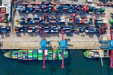 Un contrebandier essaie de vendre à un douanier