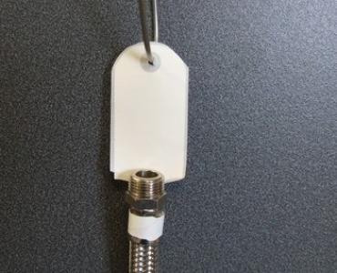 Crochet adhésif pour affichage suspendu