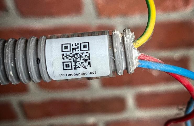 Etiquette adhésive pour cable, tuyau, gaine électrique, faisceau, flexible, ...